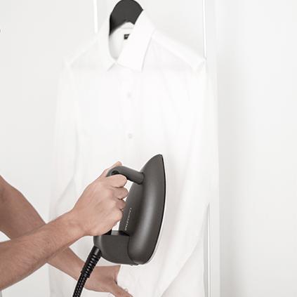 Comment défroisser à la verticale avec votre fer à repasser ?